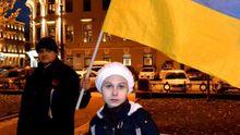 В России люди вышли с украинскими флагами против агрессии Кремля