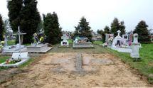 """""""Чтобы бандеровцы не сделали реликвию"""": обломками памятника УПА в Польше выложили дорогу"""