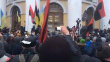 Сутички під час мітингу у Києві: активісти намагаються взяти штурмом Жовтневий палац. Відео