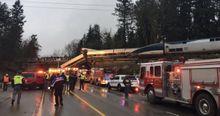 Железнодорожная авария в США: поезд слетел с моста на оживленное шоссе. Фото