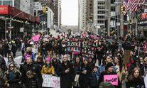 """""""Бийся, як дівчина"""": американці вийшли на вулиці в річницю інавгурації Трампа – яскраві фото"""