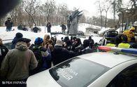 В Києві активісти вирушають до маєтку Порошенка: учасників автопробігу блокує поліція