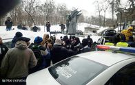 В Киеве активисты отправляются к поместью Порошенко: участников автопробега блокирует полиция