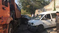 """Масштабное ДТП в Киеве: """"КАМАЗ"""" без водителя протаранил три машины"""