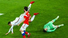 Воротар збірної Росії зазнав жахливої травми: футболіста забрали в лікарню прямо з поля