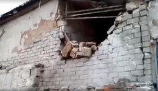Вирви від снарядів у людський зріст: з'явилися фото з обстріляної бойовиками Бахмутки