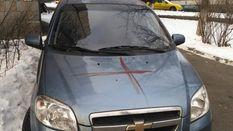 Чоловік кров'ю розмалював 10 автомобілів та 3 під'їзди будинку у Києві: моторошні фото