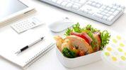 Скільки зайвих калорій набирають жінки на робочому місці: вражаюча цифра