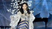 Китайская модель упала во время показа Victoria's Secret в Шанхае: фото