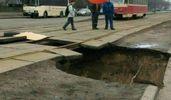 Провалля під трамвайними рейками утворилось у Києві: фото