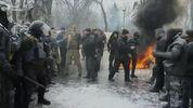 Под стенами Рады произошла потасовка, зажгли шины: фото и видео