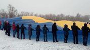 В День Соборности на границе с Крымом развернули огромный сине-желтый флаг