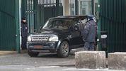 Британские дипломаты под аплодисменты покинули территорию посольства в Москве