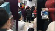 У російському супермаркеті люди влаштували бійку через акцію на чашки: епічне відео