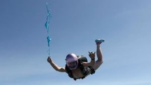 Росіянка стрибнула з парашутом у чому мати народила (18+)