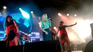 З Брежнєвої злетіла спідниця на концерті у Росії