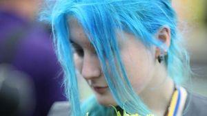 Блакитне волосся, вишиванка та золота медаль: мережу вразила незвична випускниця з Тернополя: фото