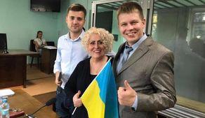 """З криком """"Слава Україні!"""" і прапором в руках Неля Штепа вийшла з СІЗО: з'явилось відео"""