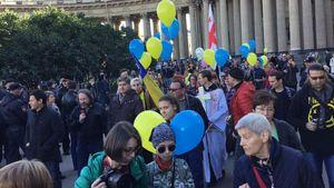 Росіяни з синьо-жовтими прапорами протестують проти війни з Україною: промовисті кадри