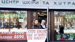 У Львові продавець у магазині хутра пригрозила активістам Путіним: відео