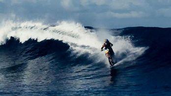 Мотоциклом по воді: австралієць вразив світ