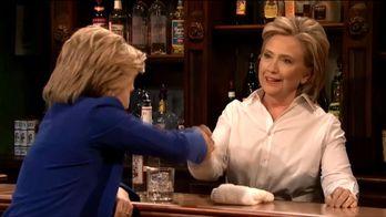 Хіларі Клінтон стала барменкою та посміялась з Трампа