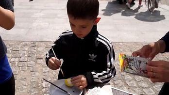 Дети разрисовывали гигантское яйцо на берегу Днепра