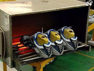Як виробляють кросівки та ключки для гольфу