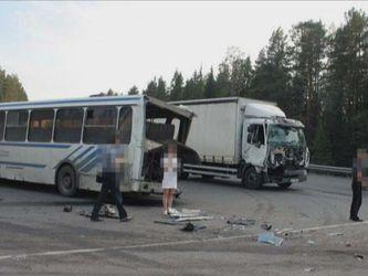 В России столкнулись два грузовика и автобус