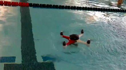 Дрон тепер вміє плавати, авто можна підняти голими руками
