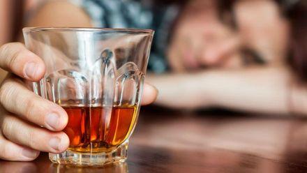 Чому в Криму важко дістати якісний алкоголь та кому вигідно, щоб люди вживали сурогати