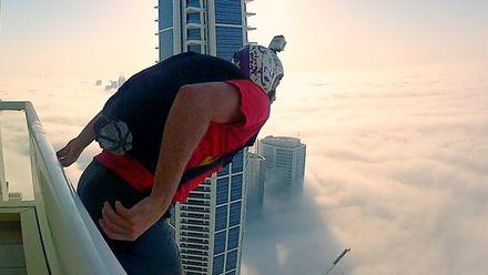 Как экстремал совершил невероятный прыжок в облака с крыши дома