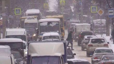 Окупаційна влада під час потужного снігопаду у Криму вкладала асфальт та бруківку