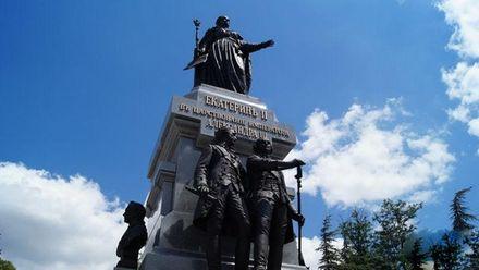 Монархічна істерія: в Криму зносять дитячі майданчики, щоб побудувати пам'ятник царям