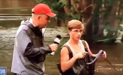 Американець по живіт у воді вигулював собаку після шторму: кумедне відео