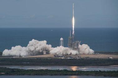 SpaceX успішно запустила ракетоносій з супутником: відео