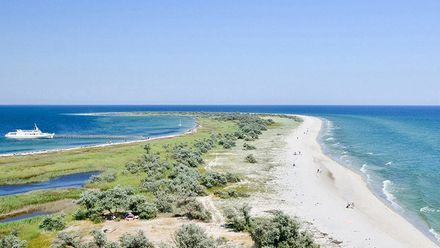 В Черном море из-за шторма теплоход сел на мель: сотни туристов эвакуировали