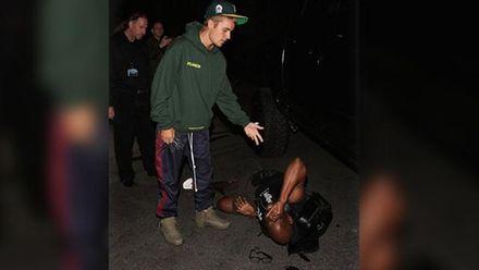 Джастін Бібер збив папарацці на своєму позашляховику: відео
