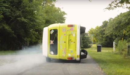 Чоловік створив перегонове авто із фургона, що їздить на боці: відео