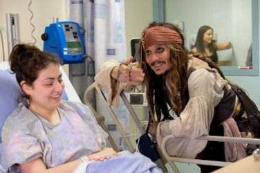 Джонні Депп неочікувано завітав до онкохворих дітей в образі Джека Горобця: зворушливі фото