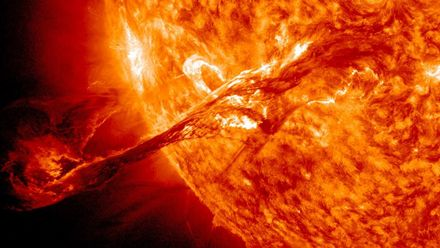 """Вчені розповіли про катастрофічні та недооцінені для Землі наслідки """"суперспалахів"""" на Сонці"""