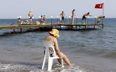 Російських туристів виселяють з готелів у Туреччині