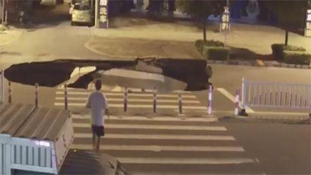 Водій скутера провалився у величезну діру посеред дороги у Китаї: відео