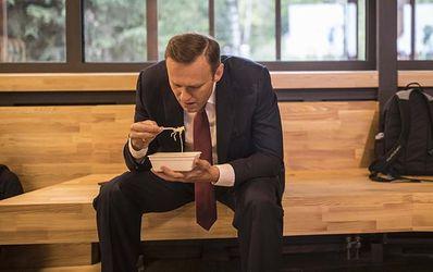 """Навальний """"підірвав"""" соцмережі своєю трапезою з локшиною швидкого приготування"""