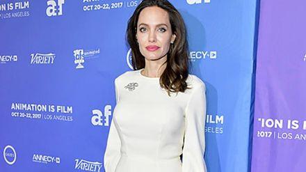 Элегантная Анджелина Джоли появилась на красной дорожке в платье российского бренда