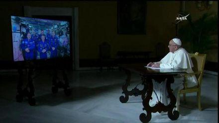 Про що Папа Римський спілкувався з космонавтами на орбіті: фото, відео