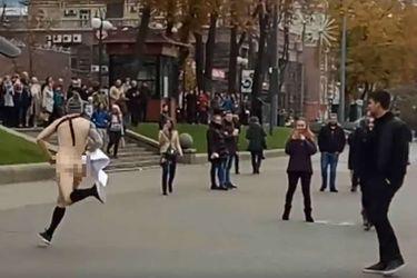 Чоловік голяка бігав по центру Києва: курйозне відео