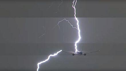Під час зльоту в літак влучила блискавка: відео