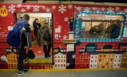 """Варшавою курсує """"різдвяне"""" метро: дуже атмосферні фото"""