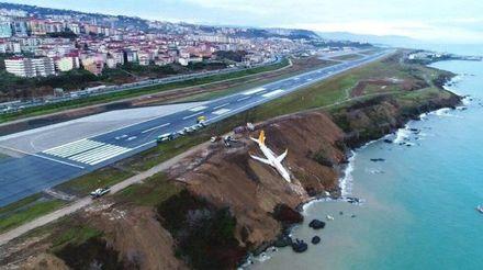 Над прірвою у морі: моторошні кадри аварії літака в Туреччині
